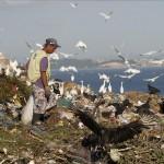 Un hombre, dedicado a labores de reciclaje y reutilización, trabaja el 19 de abril de 2012 en el vertedero de basura Jardín Gramacho de Río de Janeiro (Brasil). EFE/Archivo