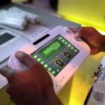 La imagen muestra un videojuego con el controlador de pantalla táctil Wii U de Nintendo. Foto de archivo de 2012. (Foto AP/Jae C. Hong, Archivo)
