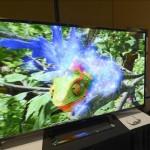 Un asistente observa un nuevo modelo de televisor 3D promocionado por LG, durante la víspera de la apertura de la feria CES, en Las Vegas (Nevada EE.UU.).EFE