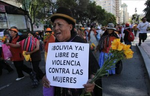 """En la imagen, una mujer aimara participa en una marcha que realizaron más de mil mujeres el 25 de noviembre de 2011, por el centro de La Paz para exigir al Gobierno del presidente Evo Morales que los asesinatos por violencia machista sean considerados en la ley como """"feminicidio"""", con una pena de 30 años de prisión. EFE/Archivo"""