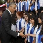 El presidente de Estados Unidos, Barack Obama (i), saluda a jóvenes costarricenses durante un evento cultural al que asistió con la mandataria de Costa Rica, Laura Chinchilla, en San José, tras una reunión bilateral centrada en los temas de desarrollo económico, seguridad y narcotráfico. EFE