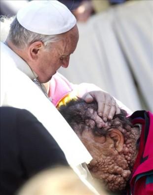 El papa Francisco (dcha) abraza a una persona enferma en la plaza de San Pedro del Vaticano tras presidir la audiencia general de los miércoles en Ciudad del Vaticano. EFE
