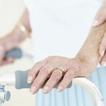 ¿Vive con un adulto mayor? Tomar previsiones le ayudará a evitar caídas en casa