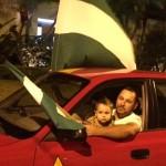 Familia escazuceña se acerca a casa de Araya a mostrar su apoyo