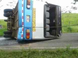 Vuelco de autobús en Tilarán deja como saldo 27 heridos