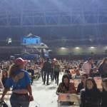 De saco y corbata, Alejandro Fernández salió al escenario en el Estadio Nacional