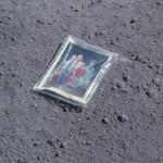 """Fotos familiares, bolsas de orina, vehículos y desechos """"viven"""" en la Luna"""