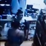 Video capta a mujer cuando roba botellas de licor bajo su enagua, podría ser la misma de los televisores
