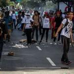 Estudiantes venezolanos recogen firmas contrael uso de armas en las protestas