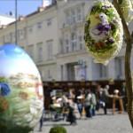 La mayor montaña de huevos de pascua pintados a mano se alza en Viena