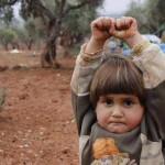 Niño sirio se arrodilla en señal de rendición frente a una cámara, al pensar que es un arma