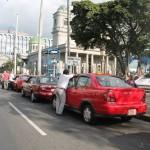 """Taxis ocupan paradas de autobuses mientras Tránsito asegura que vigila problemática pero """"falta personal"""""""