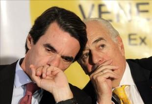 El exjefe de gobierno español José María Aznar (i), habla con el expresidente de Colombia, Andrés Pastrana (d), este 9 de abril, en Ciudad de Panamá. EFE