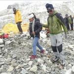 Siguen las operacionesde rescate de alpinistasatrapados en el Everest