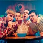 Jóvenes que ven consumir alcohol en películas son más propensos a ingerirlo