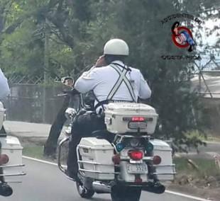 'Regañan' a oficial de la Policía de Tránsito que hablaba por celular mientras conducía moto