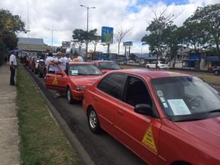 Taxistas se reúnen en Sabana para iniciar con movimiento de protesta