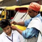 Los limpiadores de orejas sobreviven en la India entre tapones de cera
