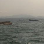 Capitanía exigirá a Fertica retirar barcaza volcada en mar por peligro