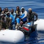 Hallados muertos 17 inmigrantes en una barcaza y 3.300 rescatados en Italia