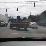 Video muestra giro indebido de patrulla de Tránsito; Dirección procesará el caso