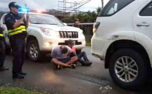 Detienen a dos hombres en retén con carro robado