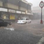 Buseta escolar se atasca tras inundación en Alajuela