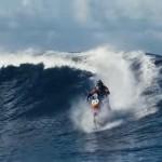 Video: Motorizado surca olas de Tahití en increíble acrobacia extrema